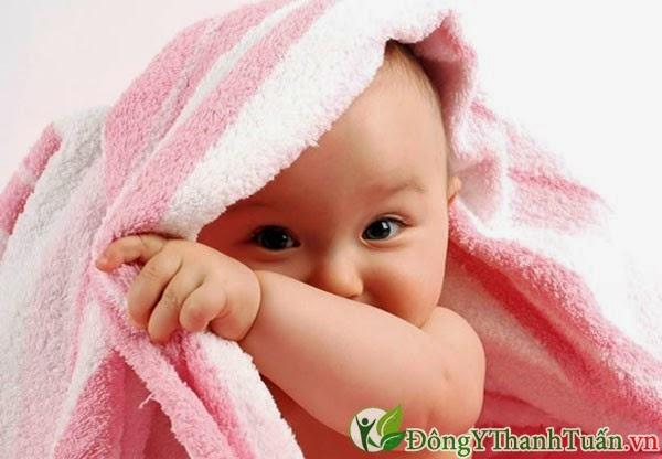 bé bi bị viêm mũi dị ứng mẹ phải làm gì