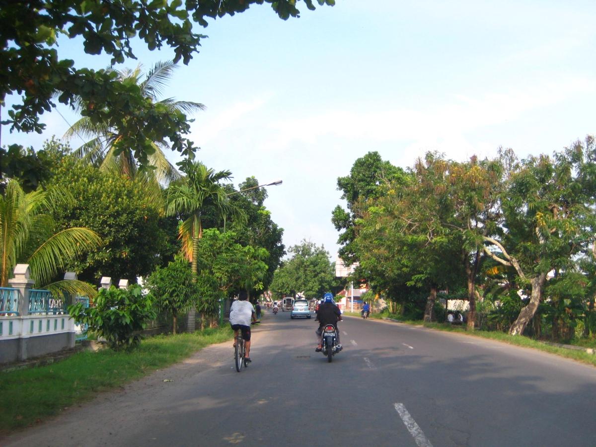 한 대의 자전거와 오토바이가 달리는 도로