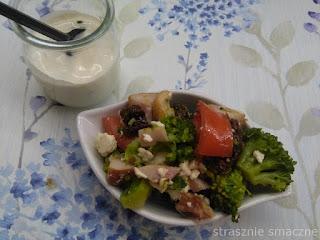 Sałatka z brokułem i wędzonym kurczakiem
