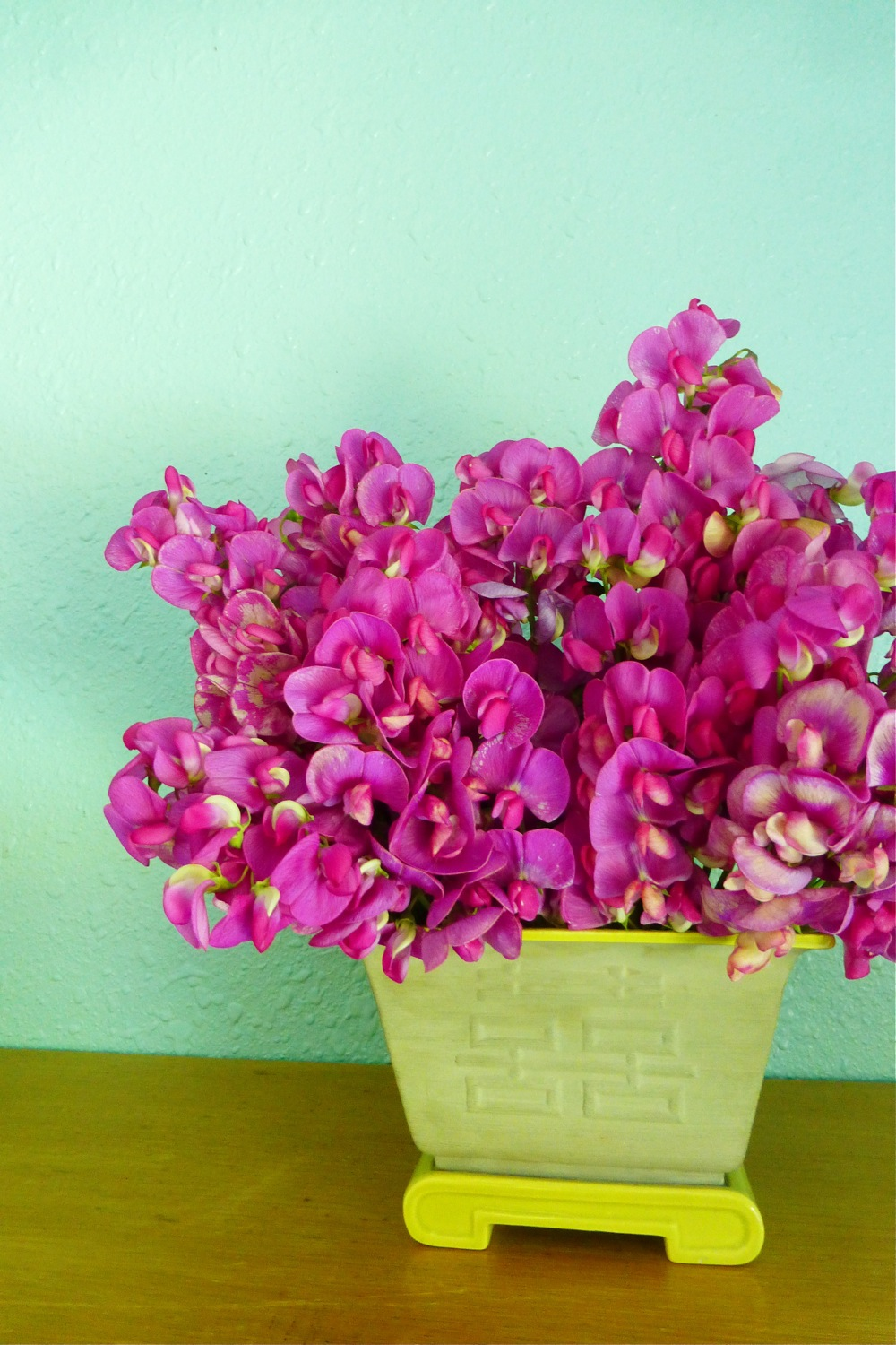 wild sweet peas, wild sweet peas in Asian style container, wild sweet pea flower arrangement, Asian style flower arrangement, Asian style flower arranging