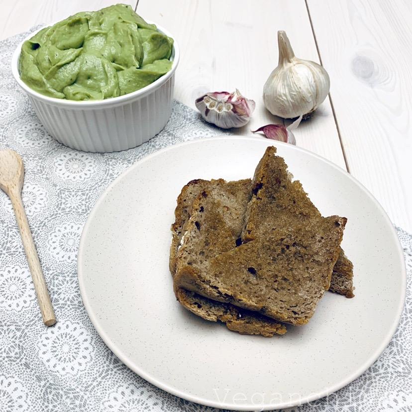 Wegańska Pasta awokado z karmelizowanym czosnkiem