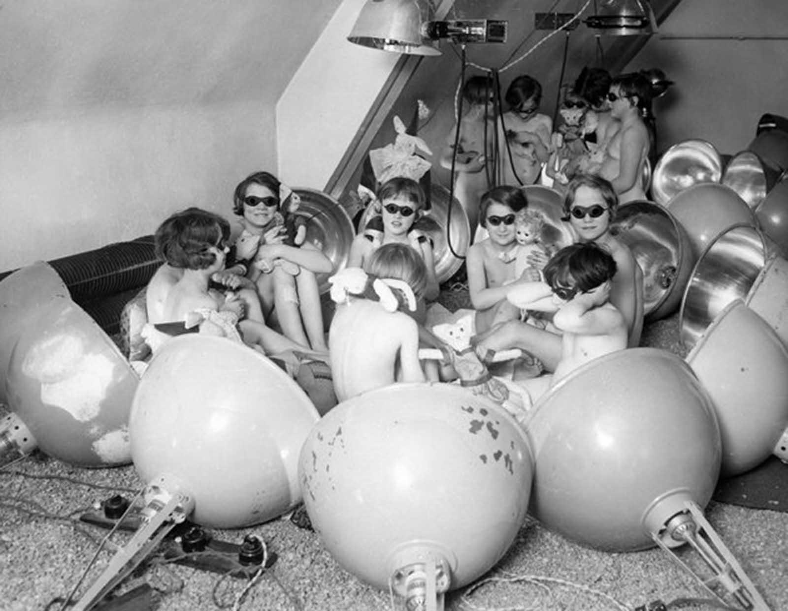 Niños usando un baño de luz en Berlín, Alemania alrededor del año 1929.