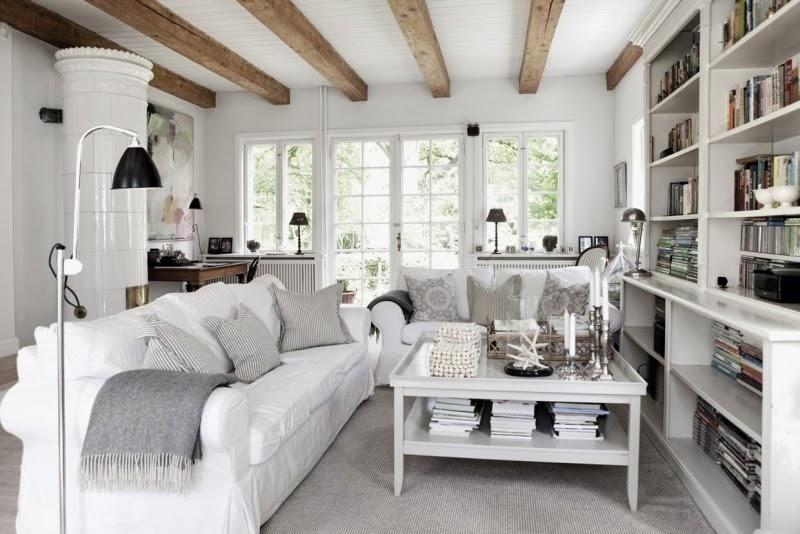 Tradycyjny, skandynawski dom z rustykalną nutą, wystrój wnętrz, wnętrza, urządzanie domu, dekoracje wnętrz, aranżacja wnętrz, inspiracje wnętrz,interior design , dom i wnętrze, aranżacja mieszkania, modne wnętrza, styl skandynawski, drewniane belki, białe wnętrza, salon