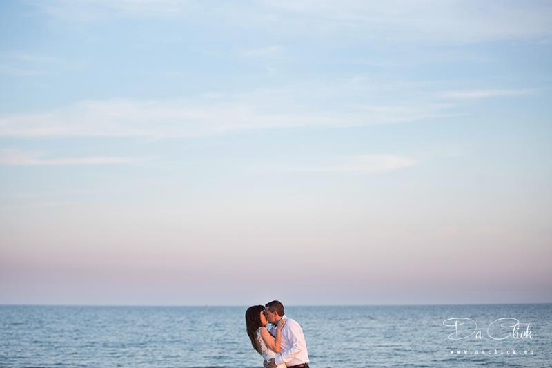 besandose junto al mar novios