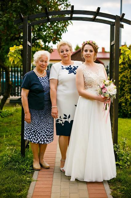 ślubne inspiracje, zdjęcie pokoleniowe, trzy pokolenia kobiet, panna młodaz babcią, panna młoda z mamą