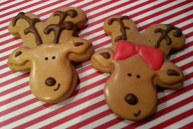 How to make GIRLY Reindeer Cookies with a gingerbread cookie cutter and Royal Icing jellybeantrail
