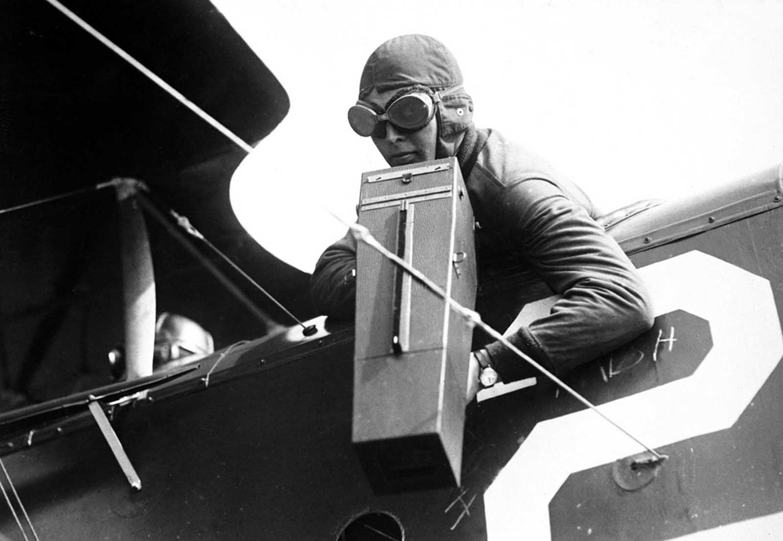 An aerial photographer with a Graflex camera, ca. 1917-18.