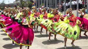 Foto de mujeres con trajes típicos de la Waca Waca en la Fiesta de la Virgen de la Candelaria