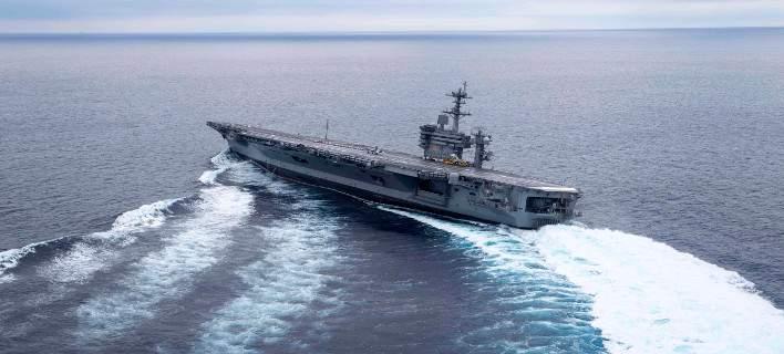 Αεροπλανοφόρο στρίβει με ξέφρενη ταχύτητα και σχεδόν βγαίνει από τη θάλασσα! (Βίντεο)