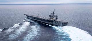 Αεροπλανοφόρο στρίβει με ξέφρενη ταχύτητα και σχεδόν βγαίνει από τη θάλασσα