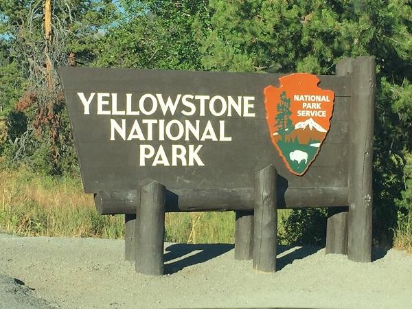Eingangsschild des Yellowstone Nationalpark von Riverton kommend