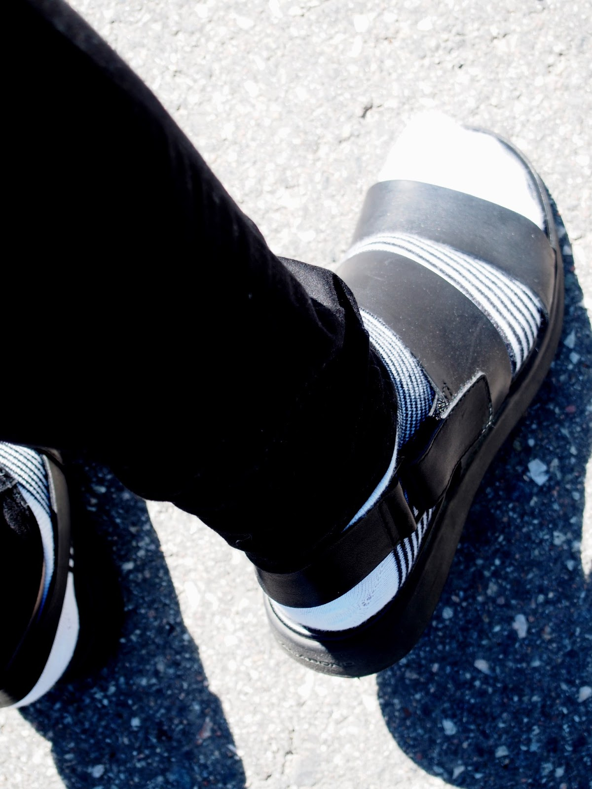 bold strong style classical chic modern code beautiful women accessoriez sukat sandaalit sukka tyyli musta valkoinen asu ootd outfit