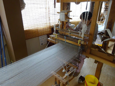 牛首紬は糸が無駄にならないように気をつけながら丁寧に 織り上げていきます
