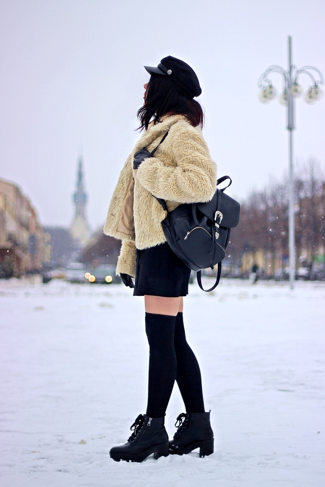 Look w stylu grunge | stylizacja z płaszczem ze sztucznego futra | zakolanówki i trapezowa spódnica | zakolanówki do spódnicy jak nosić | młodzieżowy look z zakolanówkami | kaszkiet w grungowej stylizacji | Częstochowa | blog modowy | blog szafiarski | blogerka z Łodzi | stylizacja