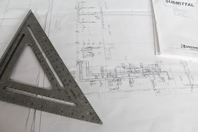 Des plans d'architecte avec une équerre