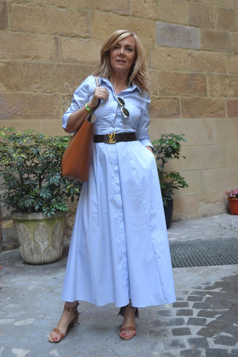 Combinar vestido camisero azul