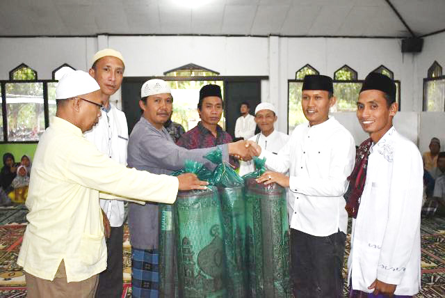 Ramadhan, Warga Gudang Bagikan Sajadah, Sembako, Batik dan  Ber-Infaq