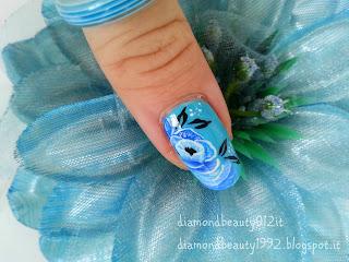 nail art mistica azzurra con fiore
