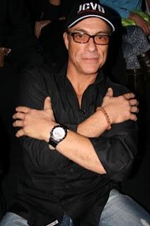 Jean-Claude Van Damme mengenakan gelang dari biji jenitri