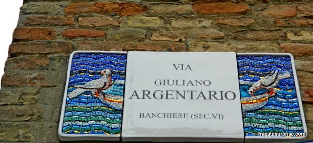 Placa de rua em mosaico, Ravena, Itália