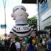 Pixuleco é inflado em frente ao shopping Midway Mall