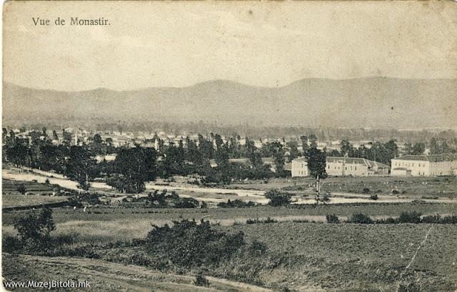 Панорама на Битола од село Лавци со поглед на Воената болница и градот. Разгледница издадена некаде помеѓу 1907 - 1912 година.