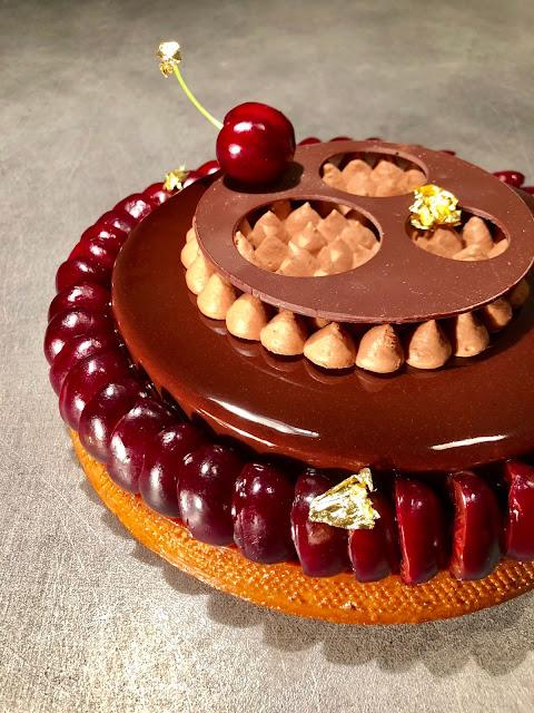 recette déco relief d'une tarte entremets cerise amande chocolat