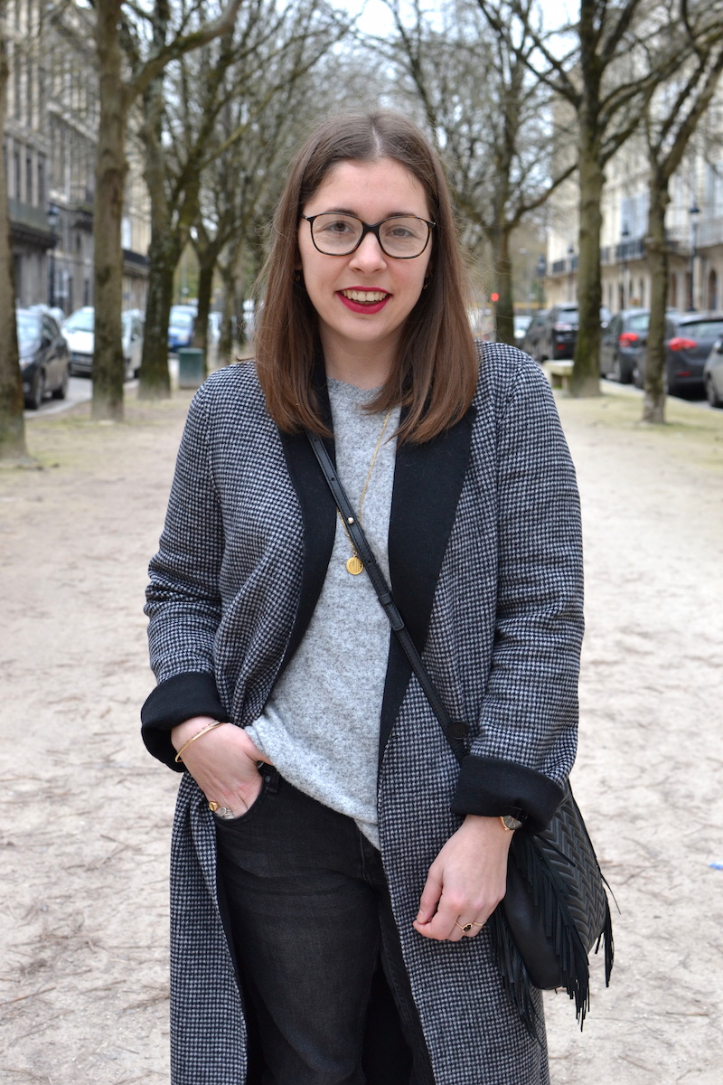 manteau long pied de poule Zara, jean noir Mango, pull gris Zara, sac Maje, médaille Amour