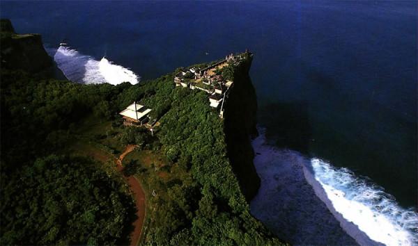 Eksistensi Pura Luhur Uluwatu dekat Pantai Dreamland
