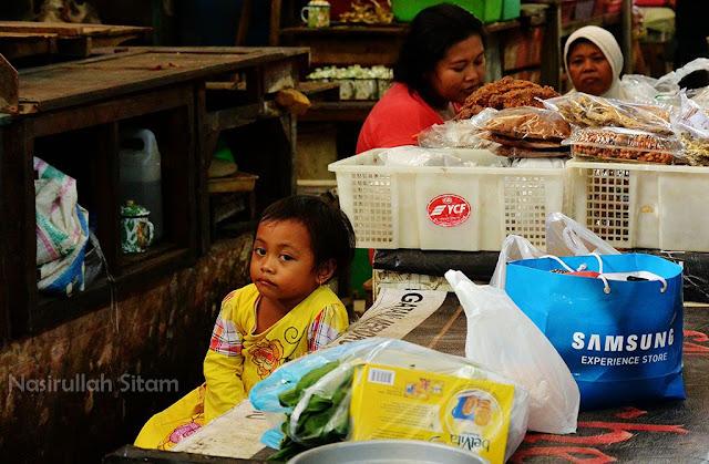 Menemani ibu di pasar