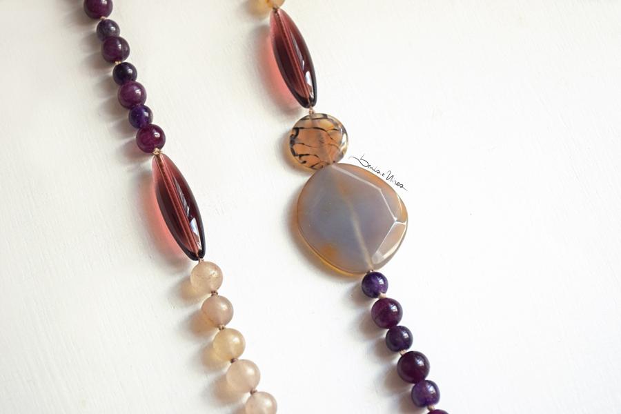 Collana di pietre viola e crema