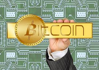 letras bitcoin en mano