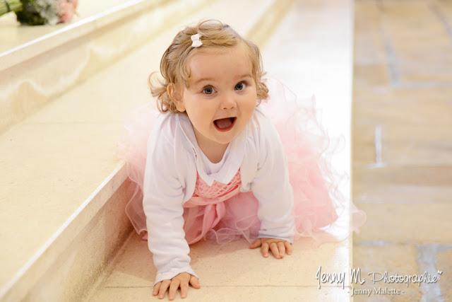 photo petite fille sur les marches de l église cérémonie religieuse