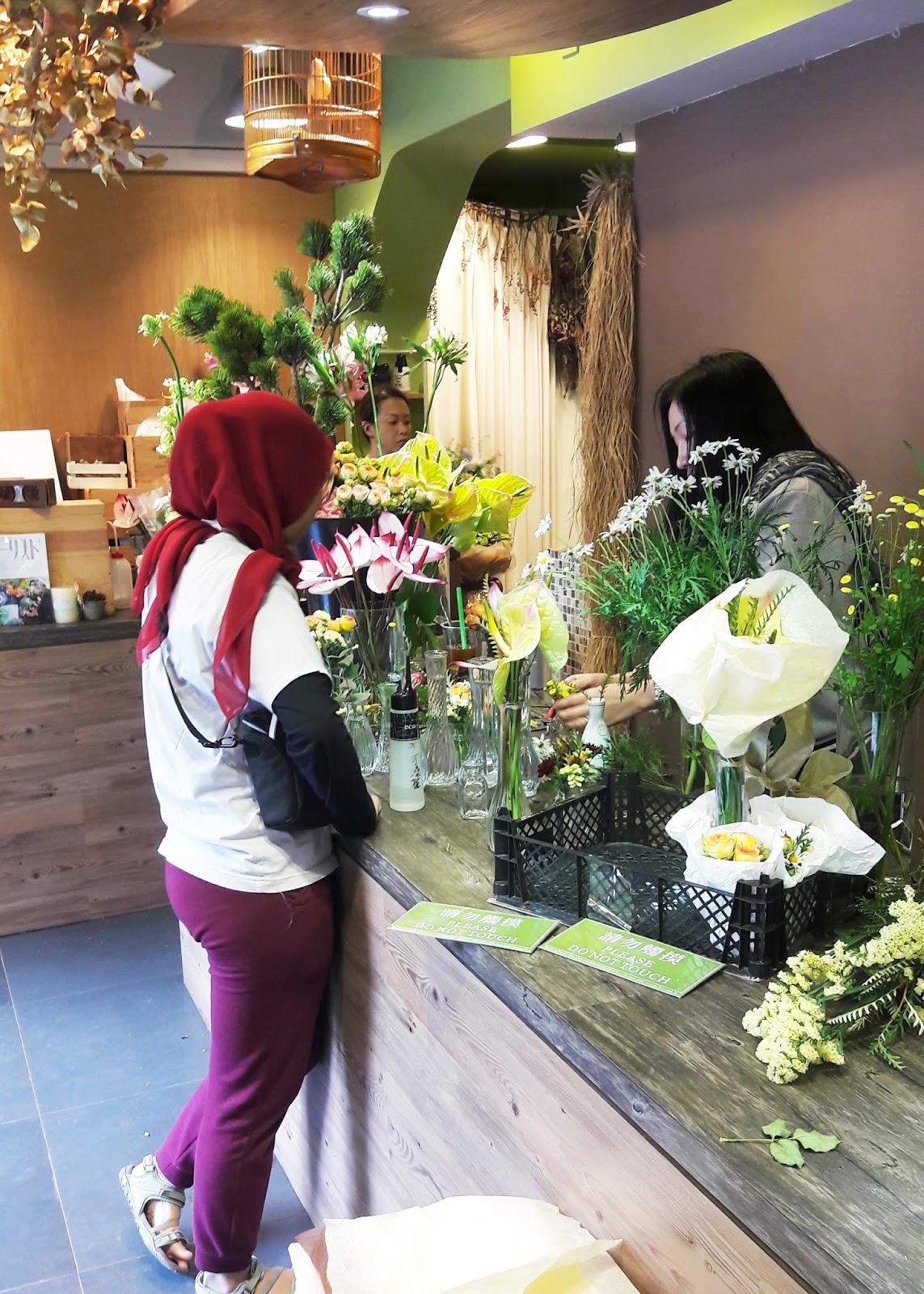 Enjoy Universe - Dijutekin Florist Cantik di Flower Market