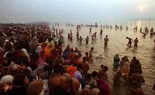 devoti-celebrate-makar-sankranti-bath-in-ganga
