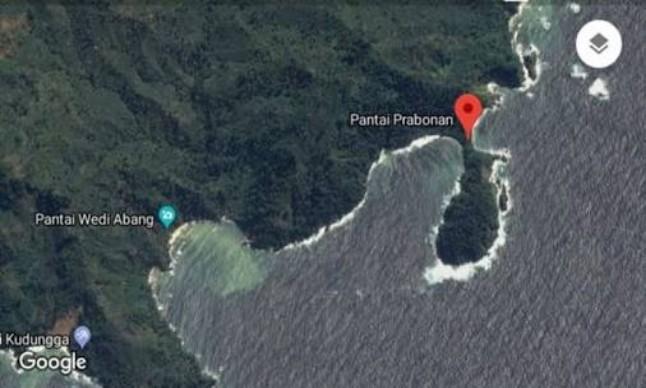 "Indikatormalang.com - Bayu (30) seorang pemancing yang terseret ombak laut Selatan hingga kini memasuki hari kedua, jasadnya  belum juga ditemukan, Rabu (30/5/18). SAR Gabungan dan Basarnas hinggakini terus berusaha untuk melakukan upaya pencarian. Bahkan untuk memaksimalkan upaya pencarian, personel tim SAR terus ditambah.Bantuan SAR terus berdatanga. Terlihat dilokasi tim dari SAR Pakem, PPMR, dan Estehanget  Rescue sudah mulai terlibat dalam operasi penarian. Tim Sar terus melakukan penyisiran laut dan pantai yang cukup dekat dengan kawasan karang laut. Pencarian dilakukan mulai pukul 08.00 WIB dan diakhiri pukul 17.00 WIB. ""Kami harap segera ditemukan, kasihan kekuarnya yang menunggu"" harap Indra Setyo salah satu anggota tim SAR. ""Kami akan terus nencarinya. Kami juga belum bisa memastikan kapan operasi ini akan diahiri. Doakan saja kami, agar korban segera ditemukan""  tambahnya. Korban yang merupaka warga Jl. Balambangan, Kecamatan Dampit, Kabupaten Malang, hilang terseret ombak pantai Prabonan desa Sidosari Kecamatan  Sumbernanjing Wetan saat memancing ikan, Minggu (27/5/15). Dari keterangan sejumlah saksi diketahui korban memancing di pantai tersebut bersama seorang rekannya, Lindra Purnama. Ketika hari menjelang sore Lindra bersama korban serta empat pemancing lainnya yang saat tu juga ada dilokasi kejadian memutuskan untuk beristirahat. Namu tiba-tiba para pemancing tersebut dikagetkan suara minta tolong dari korban yang saat itu posisinya sudah terseret ombak pantai. Para pemancing tersebut berusaha menyelamatkan korban dengan melemparkan tali pancing namun gagal."