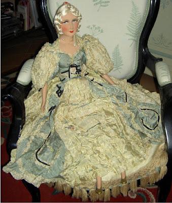 http://www.ebay.fr/itm/GRANDE-et-BELLE-POUPEE-de-SALON-epoque-1920-1940-Porcelaine-et-tissu-soie-/262501809751?hash=item3d1e53be57:g:2i8AAOSwZ1BXcpBK