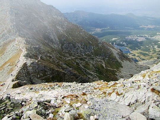 Widok na ścieżkę trawersującą Pośrednią Turnię - tamtędy będziemy schodzić do Doliny Gąsienicowej.