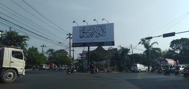 Keren! Bendera Tauhid Berukuran 5x 10 m Terpasang di Dekat Rumah Presiden Jokowi, Siapa Pemiliknya?