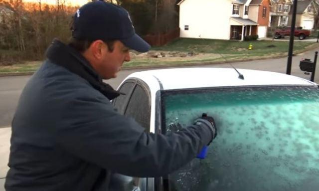 Το ΞΕΡΑΤΕ; Αυτό είναι… το κόλπο για να φύγει ο πάγος στο παρμπρίζ του αυτοκινήτου! (ΒΙΝΤΕΟ)