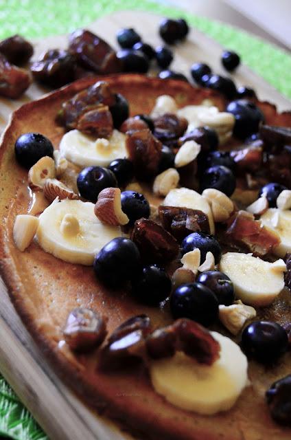 omlet proteinowy | banan | borówki | masło orzechowe | orzechy | bakalie | śniadanie