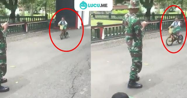 Bocah Bersepeda di Markas TNI Ini Nabrak Senjata, Bikin Ngakak!