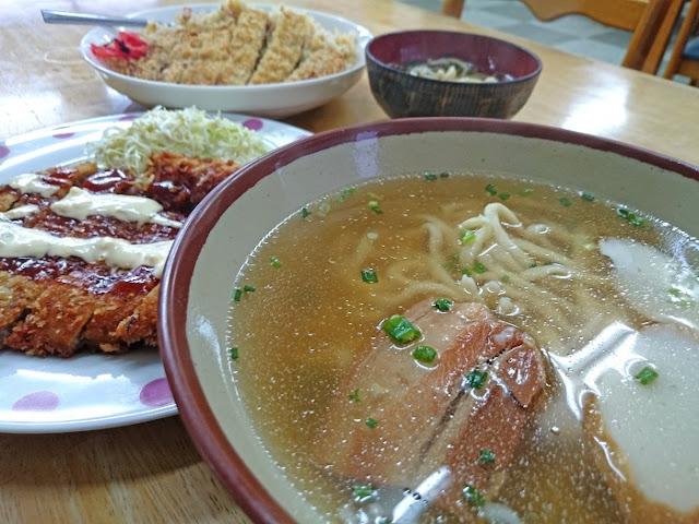 そば定食とかつチャーハン(スープ)の写真
