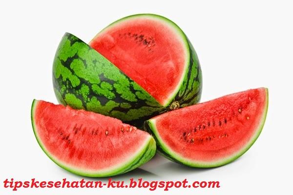 TIPS KESEHATAN ALAMI - Buah semangka mempunyai kulit yang keras, berwarna hijau pekat atau hijau muda dengan larik-larik hijau tua. Tergantung kultivarnya, daging buahnya yang lembab berwarna merah atau kuning. Selain enak untuk dimakan, semangka juga bisa memberikan kesejukan dan menghilangkan dahaga. Selain daging buahnya yang enak untuk dimakan, ternyata kulit buah semangka juga memiliki manfaat yang banyak untuk kesehatan.    Semangka mengandung zat yang bernama zat sitrulin. Zat ini bisa merangsang produksi senyawa kimia yang menciptakan pembuluh darah menjadi elastis dan rileks. Ketika buah semangka dikomsumsi, zat sitrulin akan bereaksi dengan enzim badan dalam jumlah yang cukup banyak. Zat ini kemudian menjelma arginine, sejenis asam amino yang mempunyai kegunaan bagi jantung serta sistem peredaran darah dan kekebalan tubuh.  Manfaat Buah Semangka Sebagai Makanan Diet. Dengan kombinasi kadar gula yang terbatas dan air yang berlimpah, semangka sanggup mengenyangkan lambung dengan cepat.  Dapat Meningkatkan Kualitas Sperma. Berdasarkan penelitian yang pernah dilakukan di India, 30 Pria yang mengalami gangguan impotensi berusia antara 23-45 tahun yang diberi 20 mg likopen 2 kali sehari selama 3 bulan, mengalami peningkatan jumlah dan pergerakan sperma, serta perbaikan strukturnya. dari 30 laki-laki itu, 6 diantaranya istrinya berhasil hamil. likopen termasuk salah satu zat yang terkandung dalam buah semangka.  Mengatasi Hipertensi dan Anemia. Untuk Anda yang mengidap penyakit hipertensi, sebaiknya mengomsumsi buah semangka sesering mungkin, alasannya kandungan air dan kaliumnya yang tinggi sanggup menetralkan tekanan darah.  Dapat Menyehatkan Jantung Dan Membersihkan Ginjal. Mengomsumsi semangka sanggup menyehatkan jantung dan ginjal. Semangka sanggup meningkatkan jumlah urin yang keluar dari tubuh, sehingga bisa membersihkan ginjal. Manfaat Kulit Buah Semangka Selain rasa buahnya yang enak dan menyegarkan, ternyata bagian kulit buah semangka juga bermanfaat un