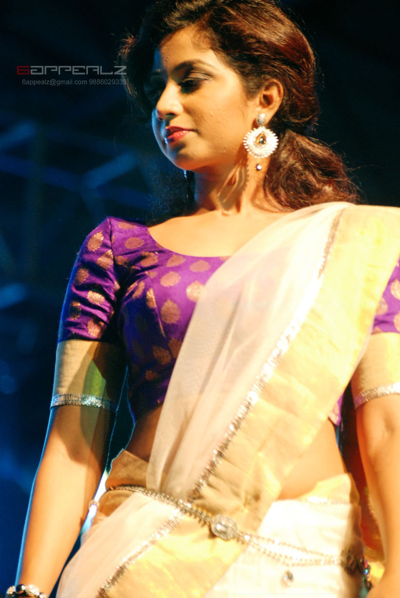 Gorgeous Shreya Ghoshal In White Saree At Concert Latest -8159