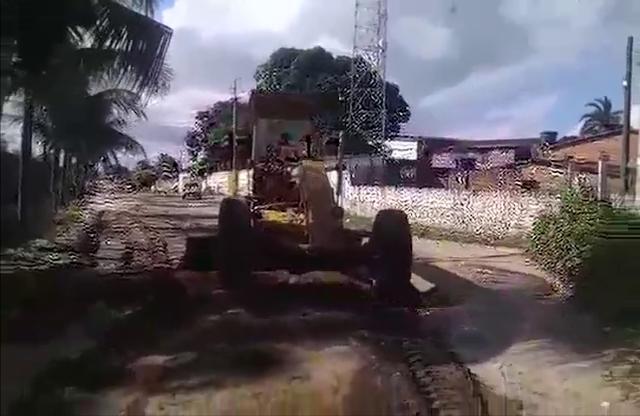 Ignorados pela gestão, moradores de flecheiras tapam buracos por conta própria