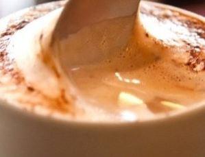 Imagem do cappuccino cremoso caseiro pronto para consumo.