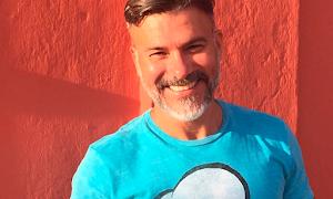 Ator Leonardo Viera flagrado beijando boy magia, vira alvo de homofobia e Walcyr Carrasco opina o caso