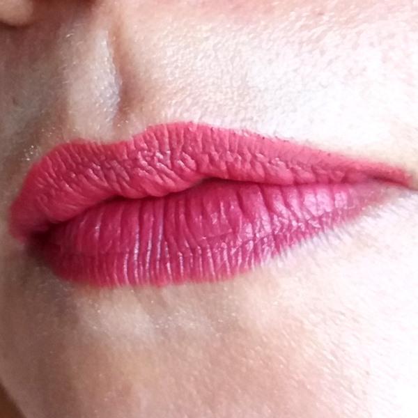 Batom framboesa da YES! Cosmetics nos lábios