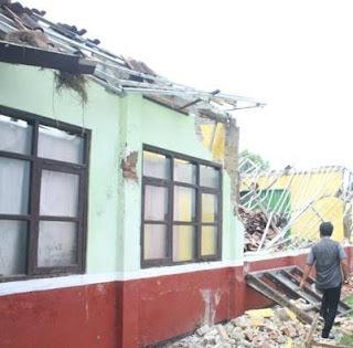 Diduga Salah Kontruksi Bangunan Sekolah Ambruk
